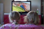 Kinder und Fernsehen schauen