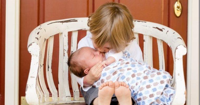 Bruder und Neugeborenes