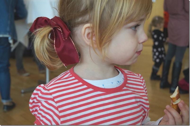 Conni mit der Schleife im Haar mamazde