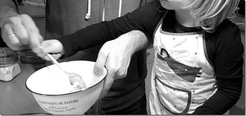 Kinder in der Küche helfen lassen