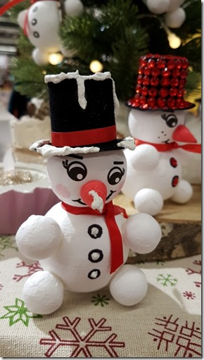 Schneemann basteln aus Styroporkugeln