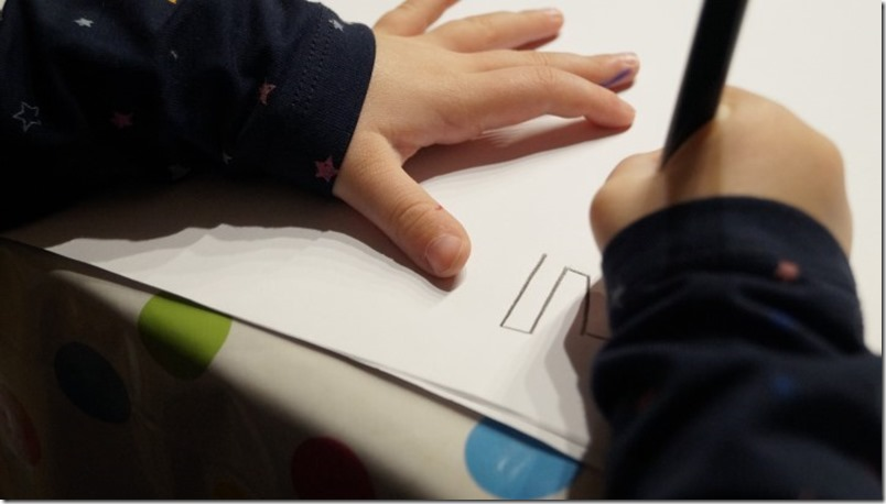 Kinder malen Einhorn