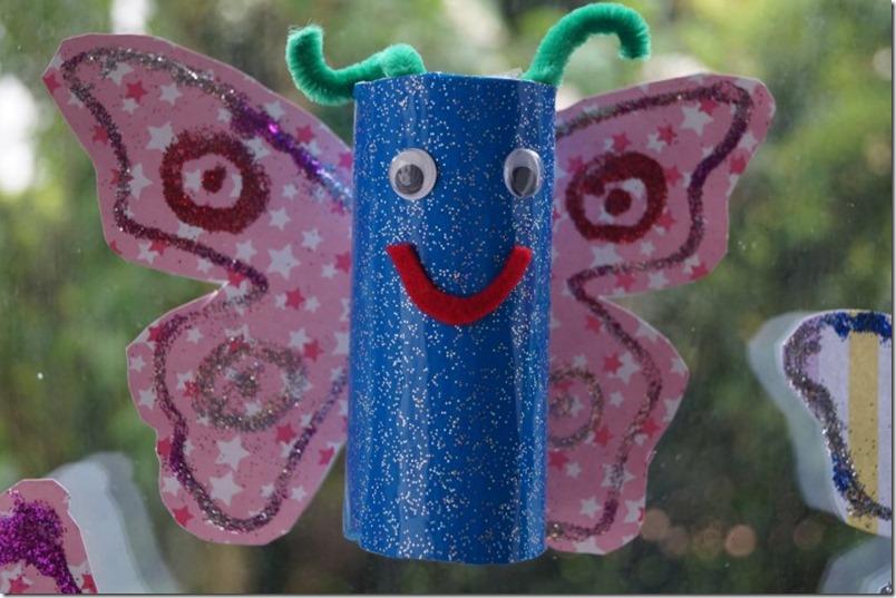 Schmetterling basteln aus Klorolle und Glitzer blau