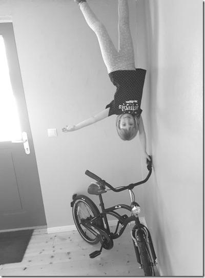 Handstand Fahrrad verdrehtes Haus
