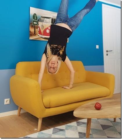 Handstand auf dem Sofa toppels